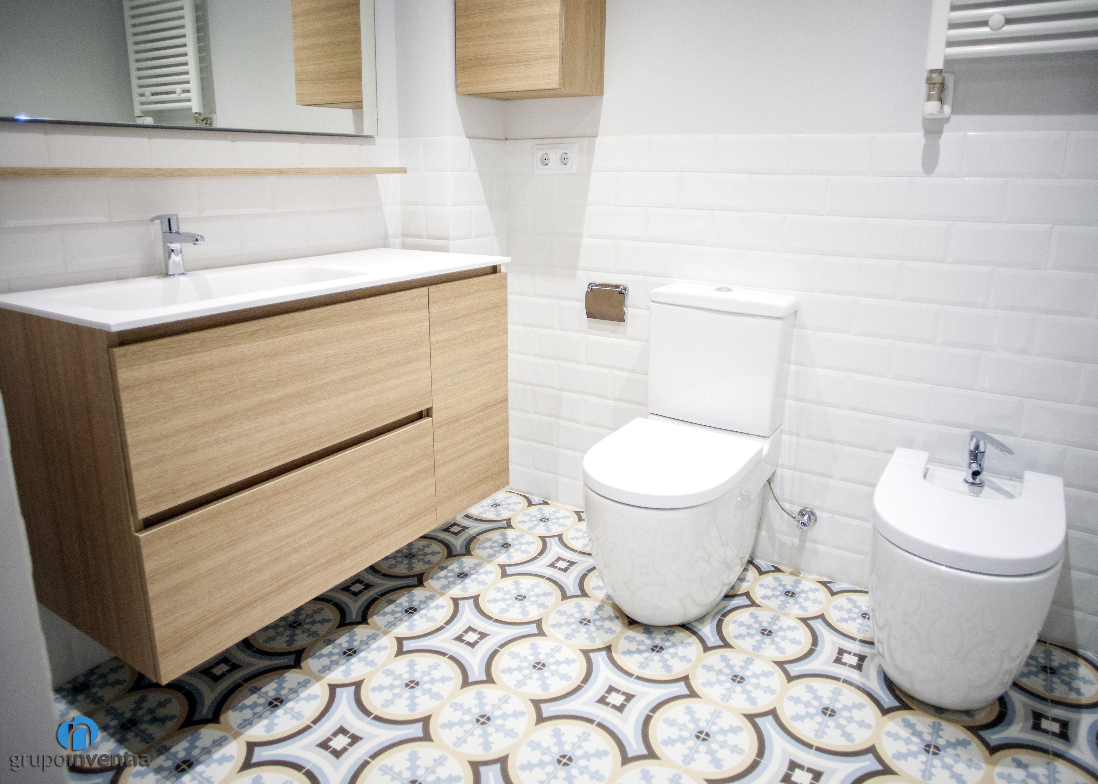 Las paredes de los cuartos de baño se alicataron a media altura con ...