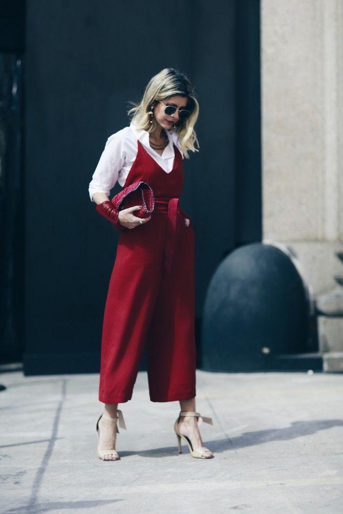 bcee5d158 Look com sobreposição da Carol Tognon. Macacão vermelho e camisa branca