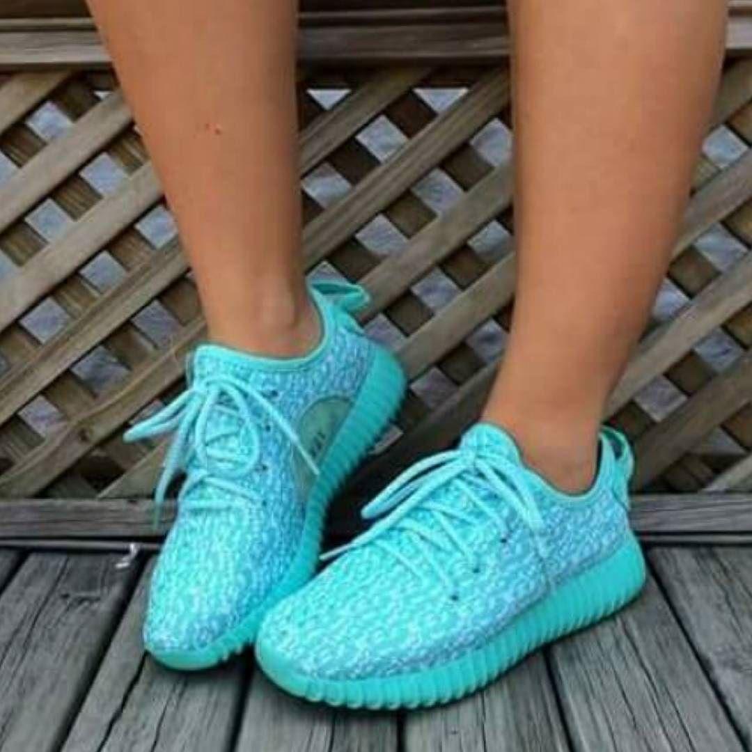Adidas yeezy!! Valor $200mil Disponibles todas las tallas Informese.whatsapp.3005077242 Envios gratis a toda colombia by erickshop