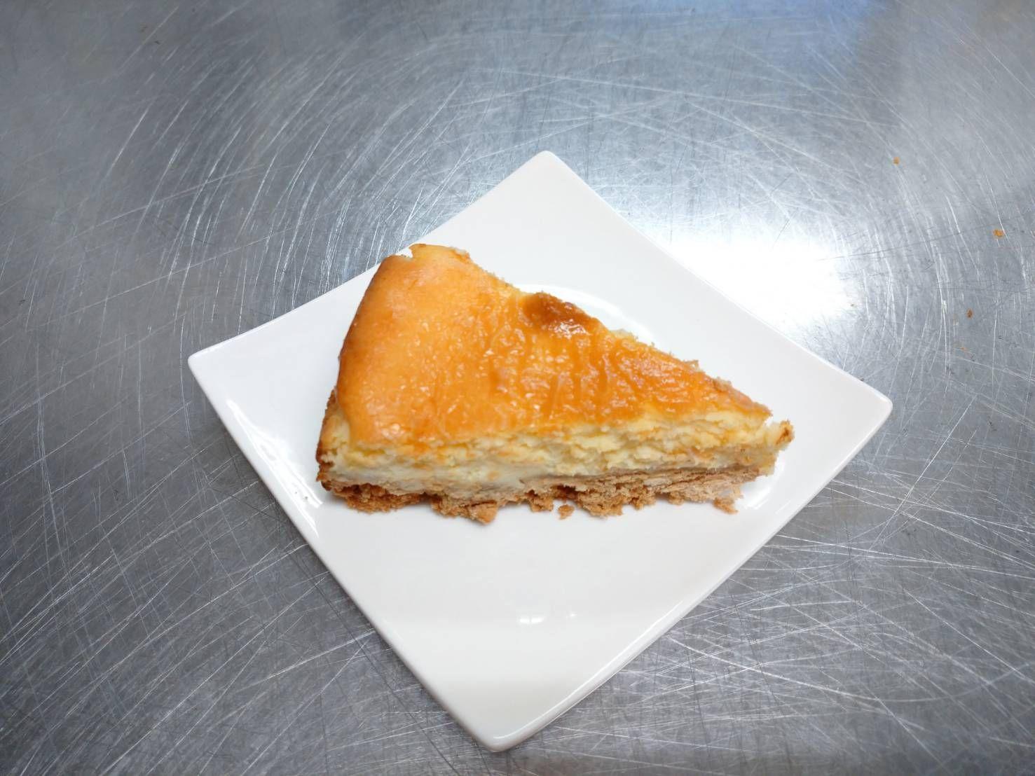おやつは、ベイクドチーズケーキでした!226カロリーです