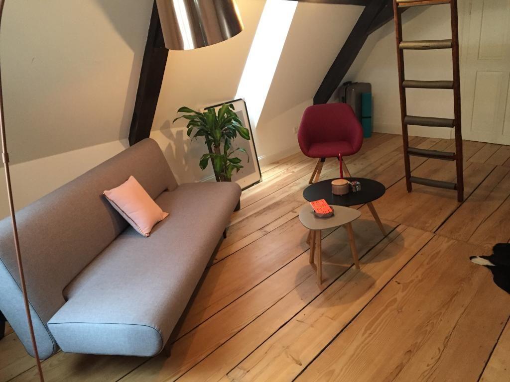 Wohnzimmer Klein ~ Schlicht & stilvoll wohnzimmer mit schönem holzdielenboden in