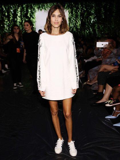 Alexa Chung mit weißen Adidas Sneakern zum weißen Oversize-Kleid.