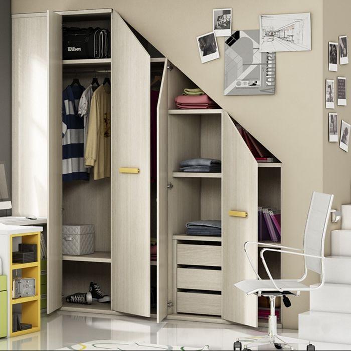 Armarios a medida con puertas batientes debajo de una for Closet en escaleras
