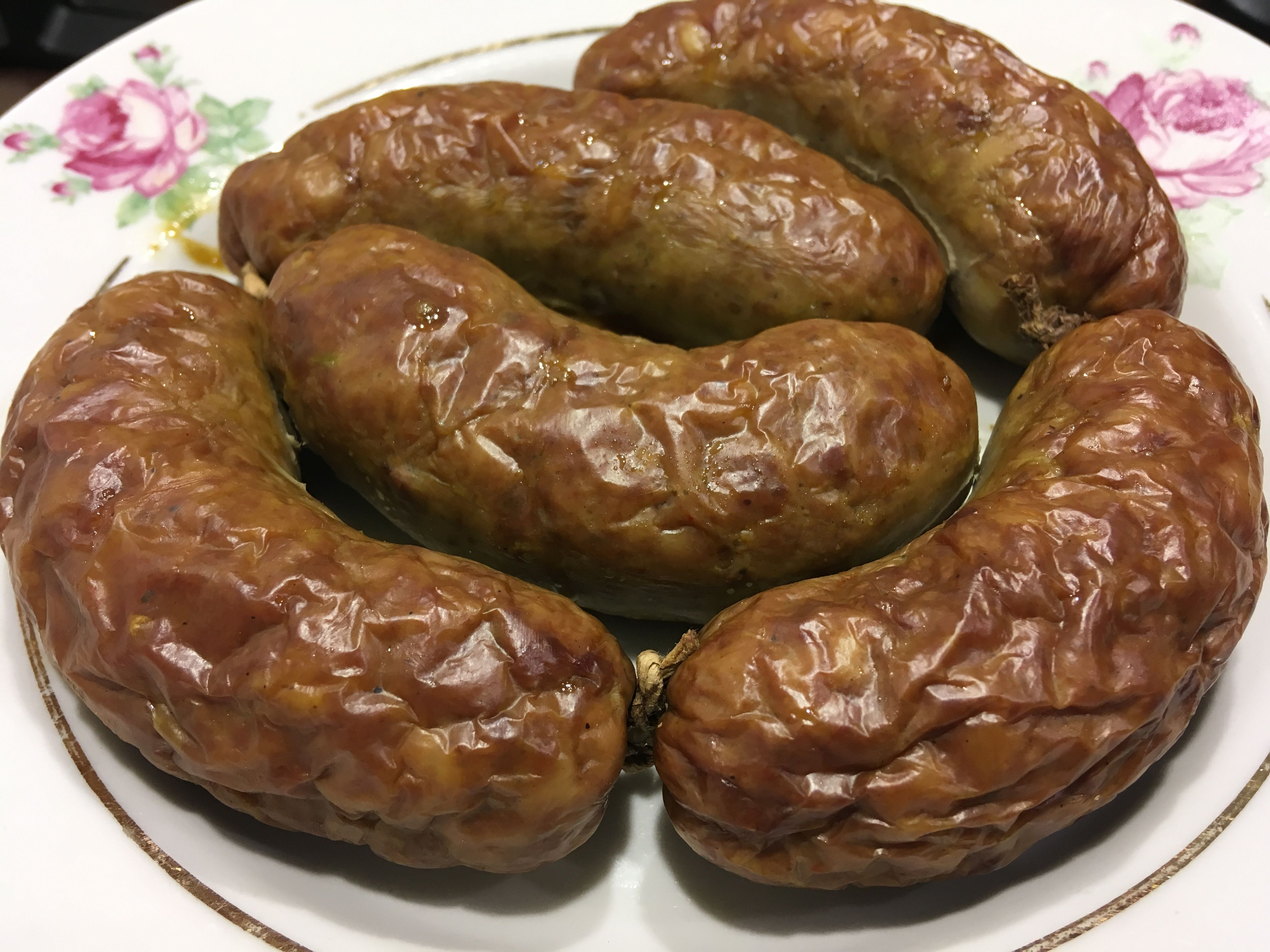 Готовая колбаса из свинины, говяжьей печени и куриного филе ждет своего гарнира