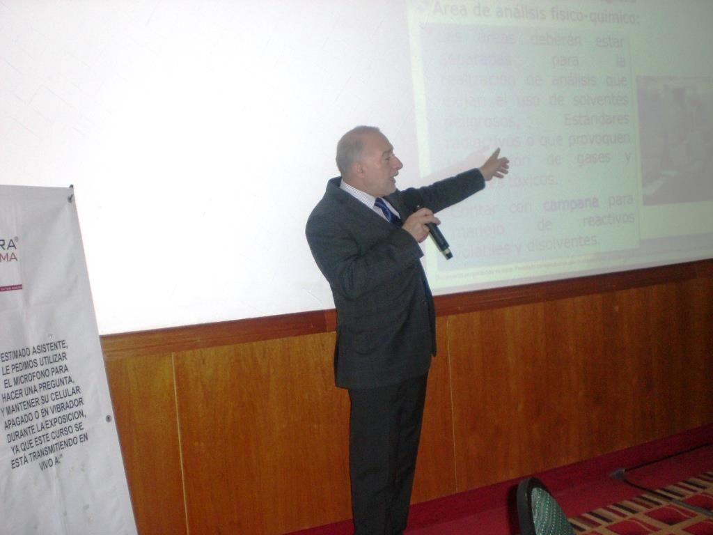 El ponente explicaba cada tema detalladamente para el mejor entendimiento de los asistentes.