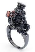 Sortija con forma de sapo y flor realizada en plata con baño de rodio negro y circonitas negras y rojas de la colección Animal Obsession de OhmyGOd