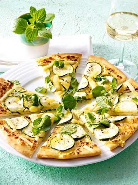 pizza mit zucchini kresse und emmentaler rezept pinterest kresse pizza und zucchini. Black Bedroom Furniture Sets. Home Design Ideas