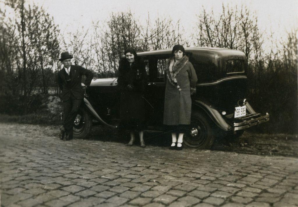 Man en vrouwen bij auto, 1934   Huis van Alijn