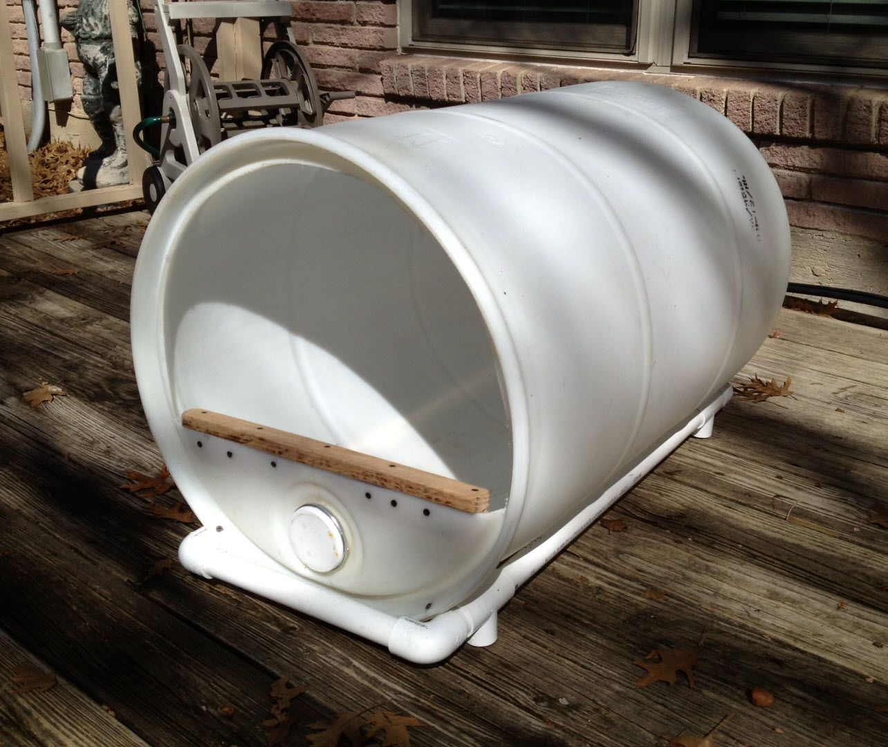 Plastic barrel dog house mascotas pinterest dog for Barrel dog house designs