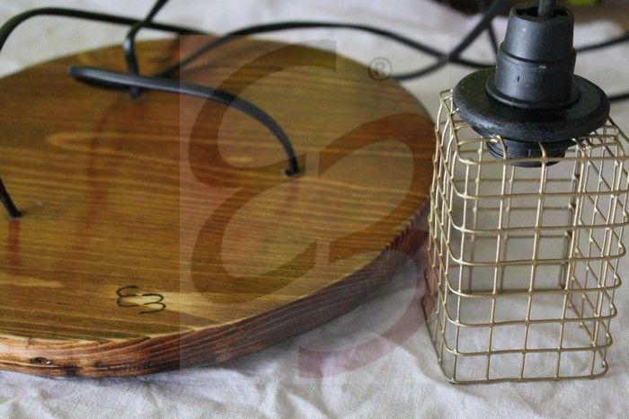 Lampada a sospensione con plafoniera in legno color noce scuro e paralume con gabbietta metallica color oro