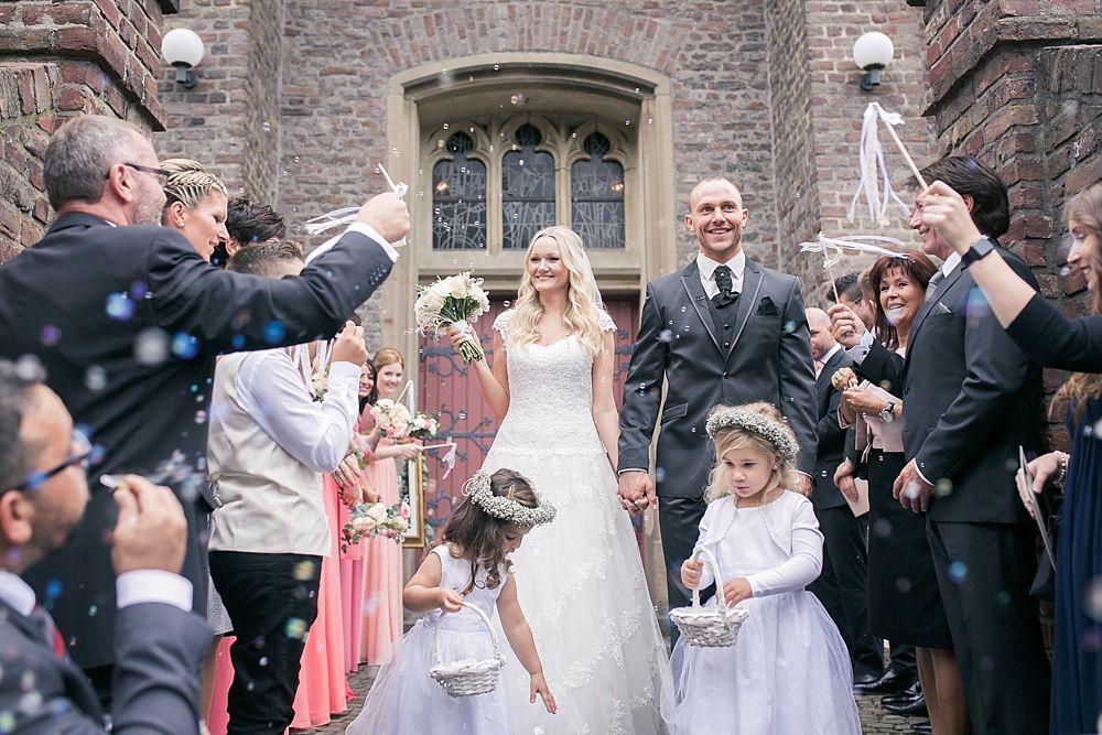 kirchliche Trauung, Kirche, Hochzeit, Brautpaar, Brautkleid ...