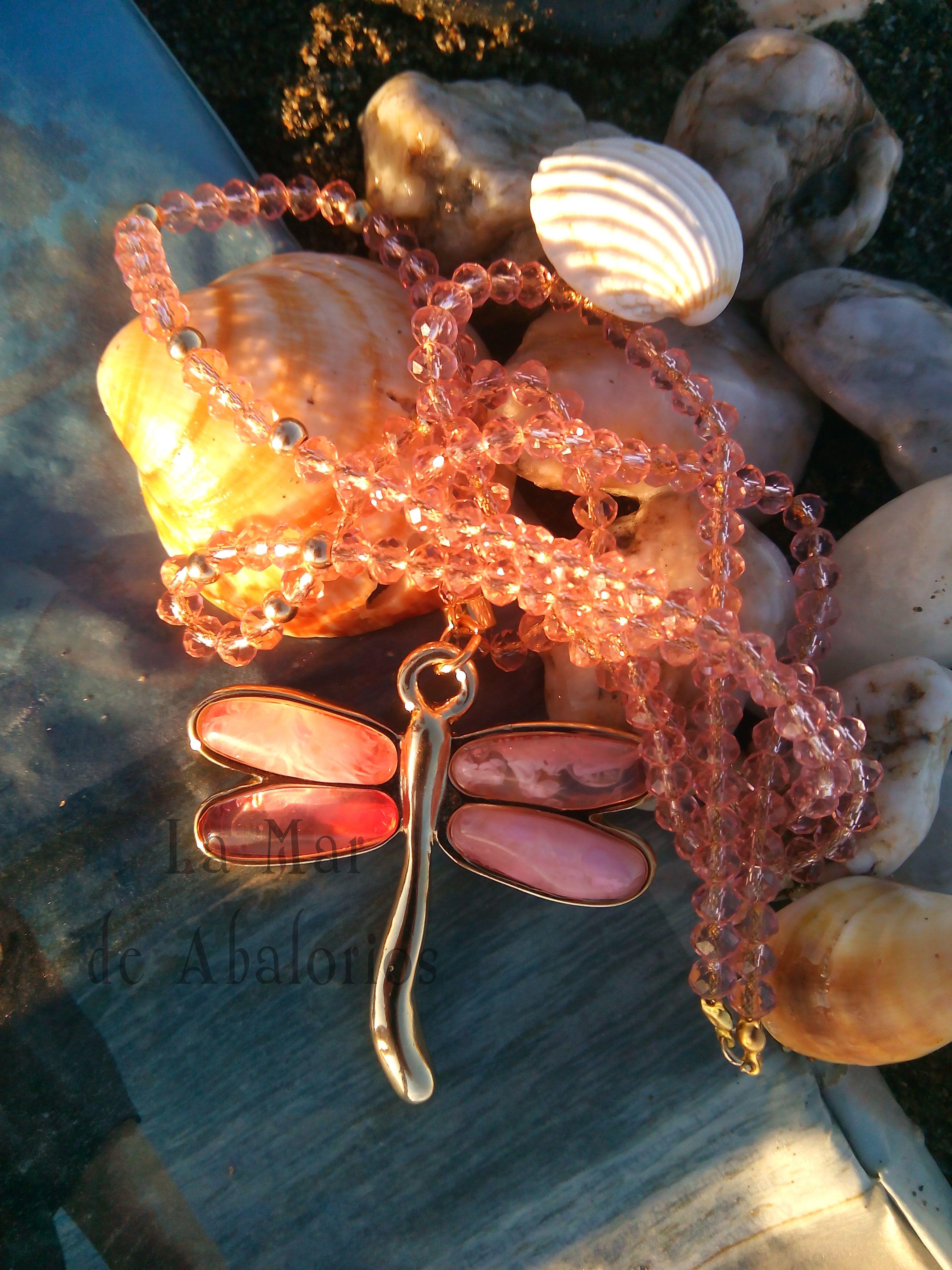 Os deseamos una bonita bonita semana, y lo hacemos con este collar realizado con una libélula dorada y rosa, montada sobre los hilos de cristal en el mismo color y con toque de bolas doradas. Dorado como nuestros atardeceres. Todo en lamardeabalorios.com