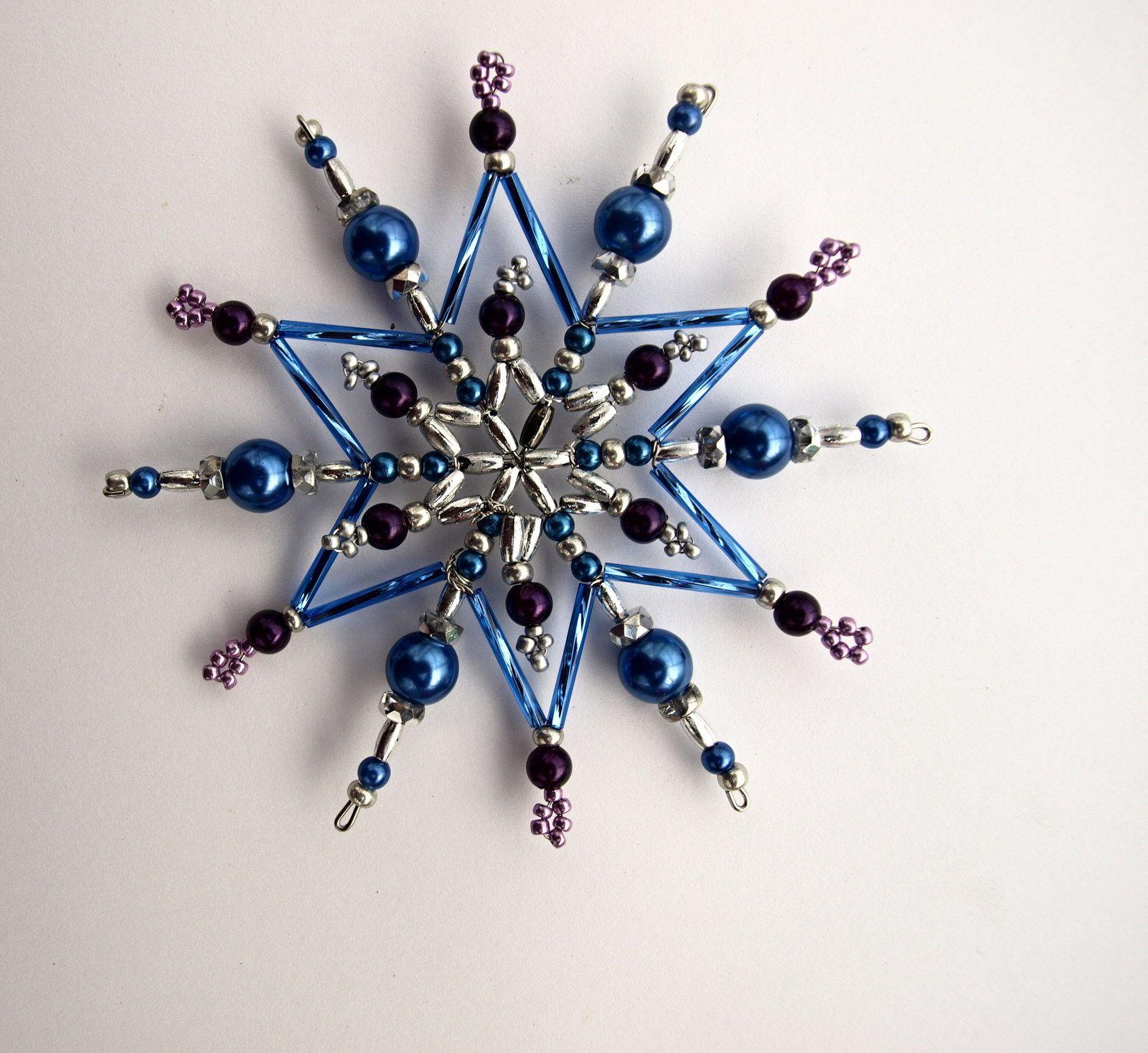Vánoční hvězda z korálků Vánoční hvězdička z korálků a perliček na pevné drátěné konstrukci , velikost 10 cm v barvách stříbrná fialová tmavě modrá