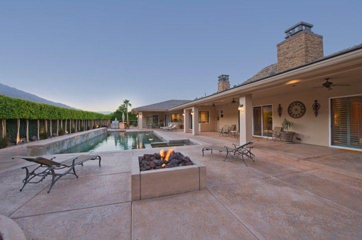 Im Boden-Pool im Ranch-Stil zuhause Hof lange Baum Hecke grenzt ...