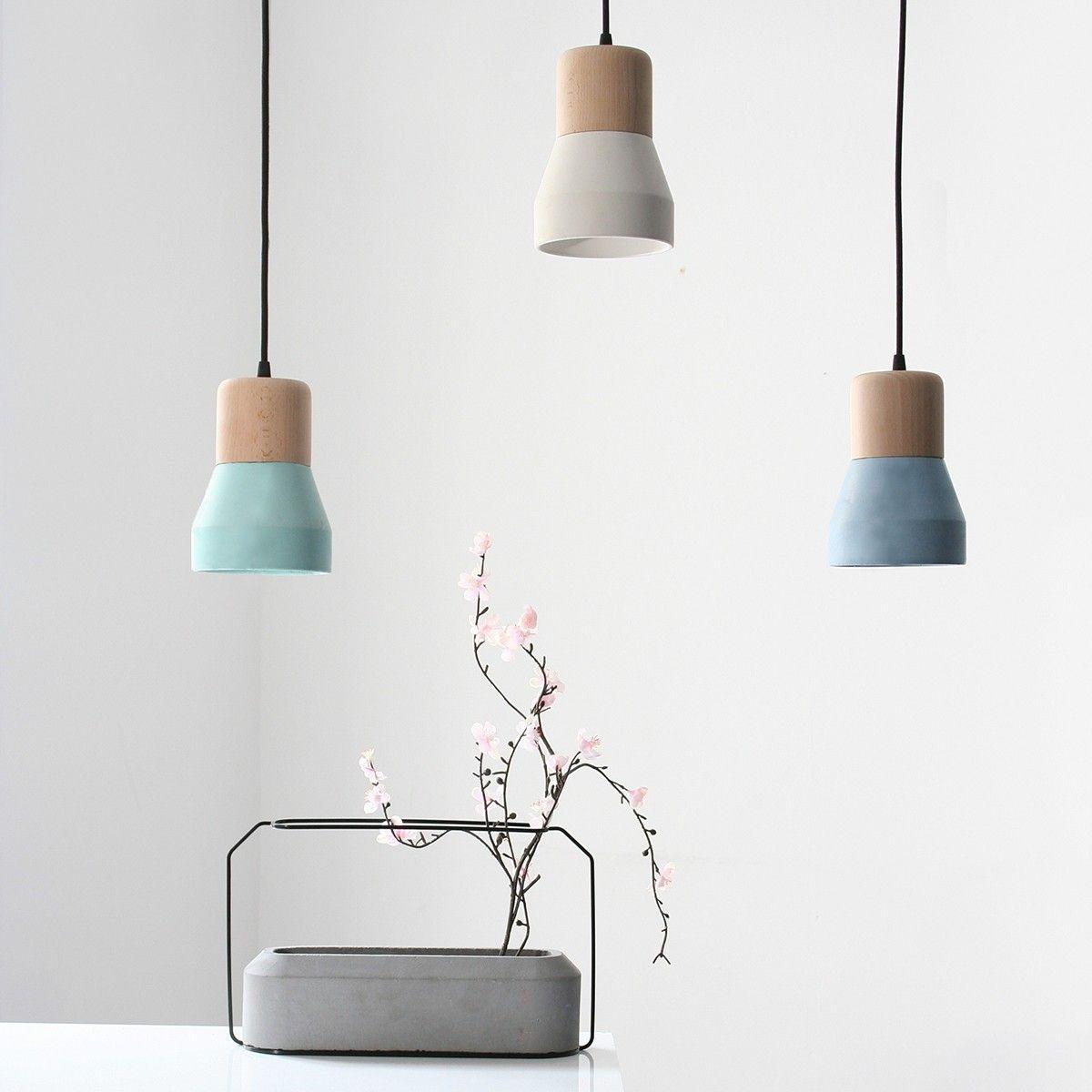 La suspension en béton blanc et bois naturel de la maison d'édition Spécimen est un mélange  # Suspension Bois Design