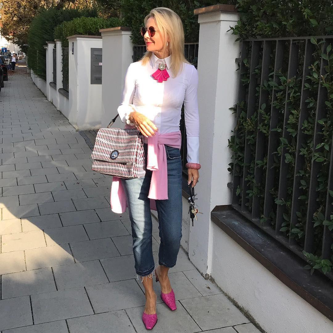 """di Bibi Horst su Instagram: """"Facile e mignolo con una borsa a quadri e jeans distrutti il mercoledì … buona giornata, carissimi"""". Senza sforzo e … """""""