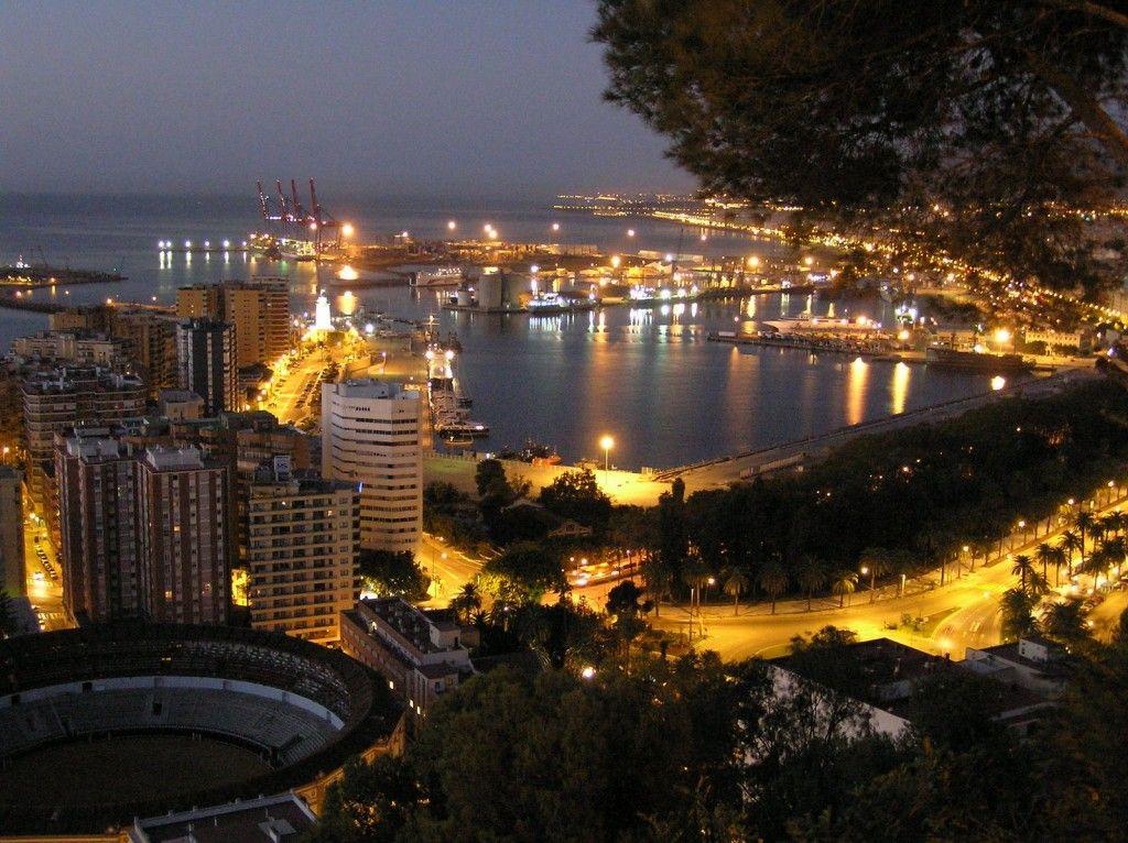 Espectacular Vista De Noche De Malaga Andalucia Espana Bajo La Historia Que Esconden Las Ruinas Del Teatro Romano La Alcazaba El Cast Lugares De Espana