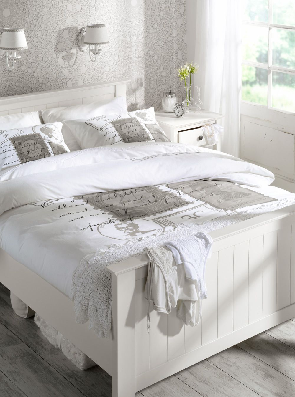 Een landelijke slaapkamer in wit met een romantisch tintje, van bed ...
