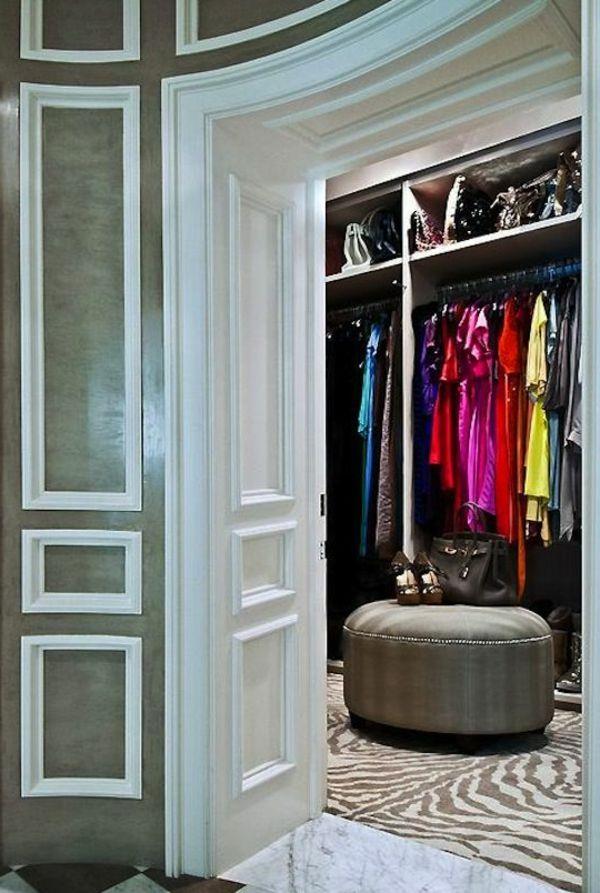 Schön Eine Typische Eigenschaft Einer Boutique Ist Die Schöne, Attraktive  Kleidung, Die Zur Schau Gestellt Ist. Begehbarer Kleiderschrank Planen    Ordnungssysteme