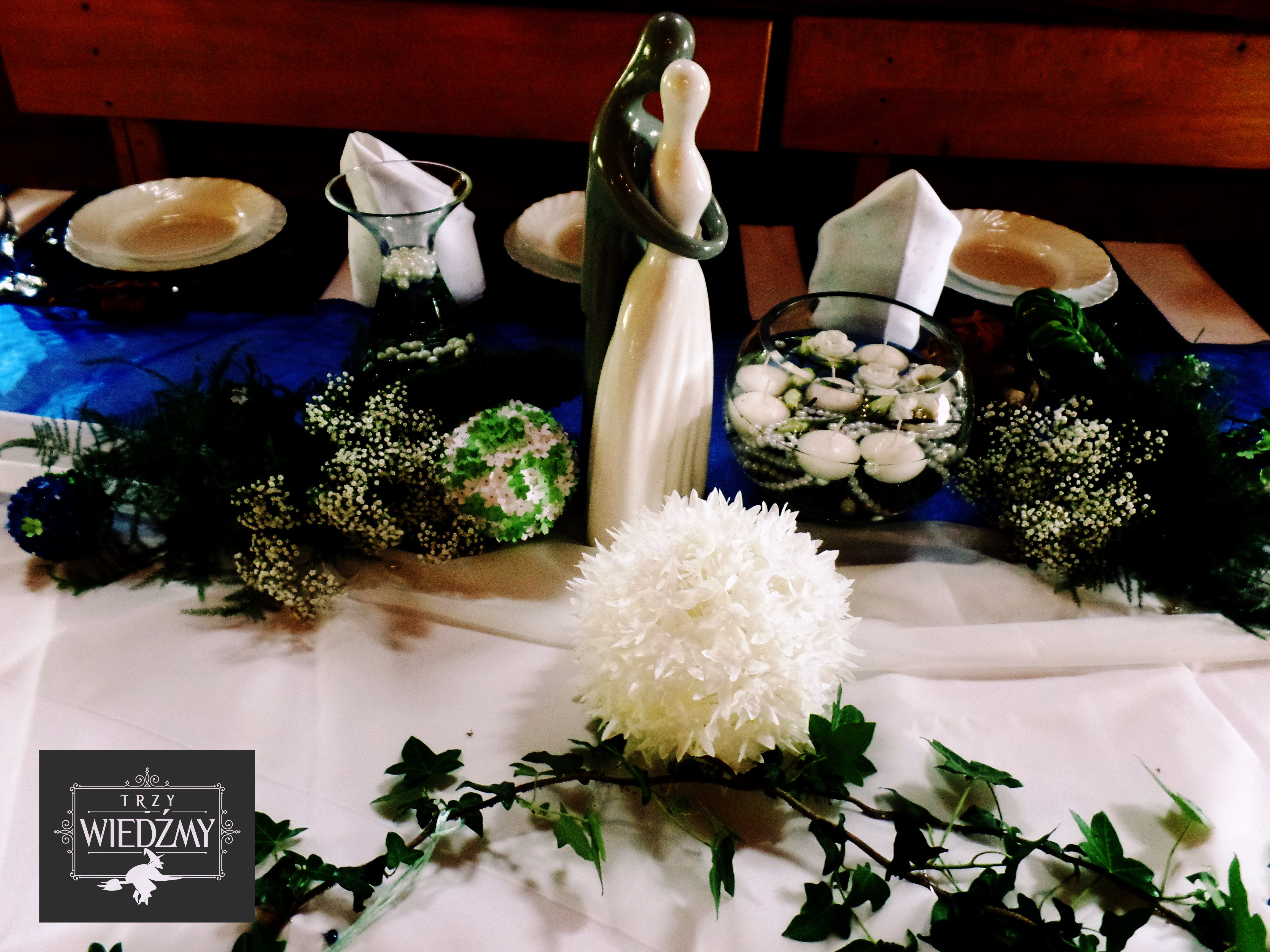 Stol Panstwa Mlodych Do Dekoracji Uzyto Bialych Kwiatow Zielonych Lisci Zatopionych Bialych Swiec I Figurki Pary Mlodej Table Decorations Decor Home Decor