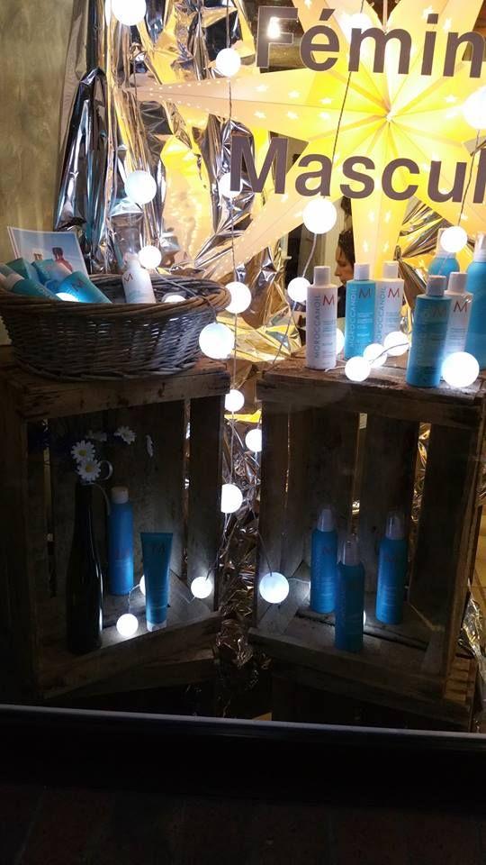 vitrine d 39 un salon de coiffure avec des caisses en bois vintage caisse. Black Bedroom Furniture Sets. Home Design Ideas
