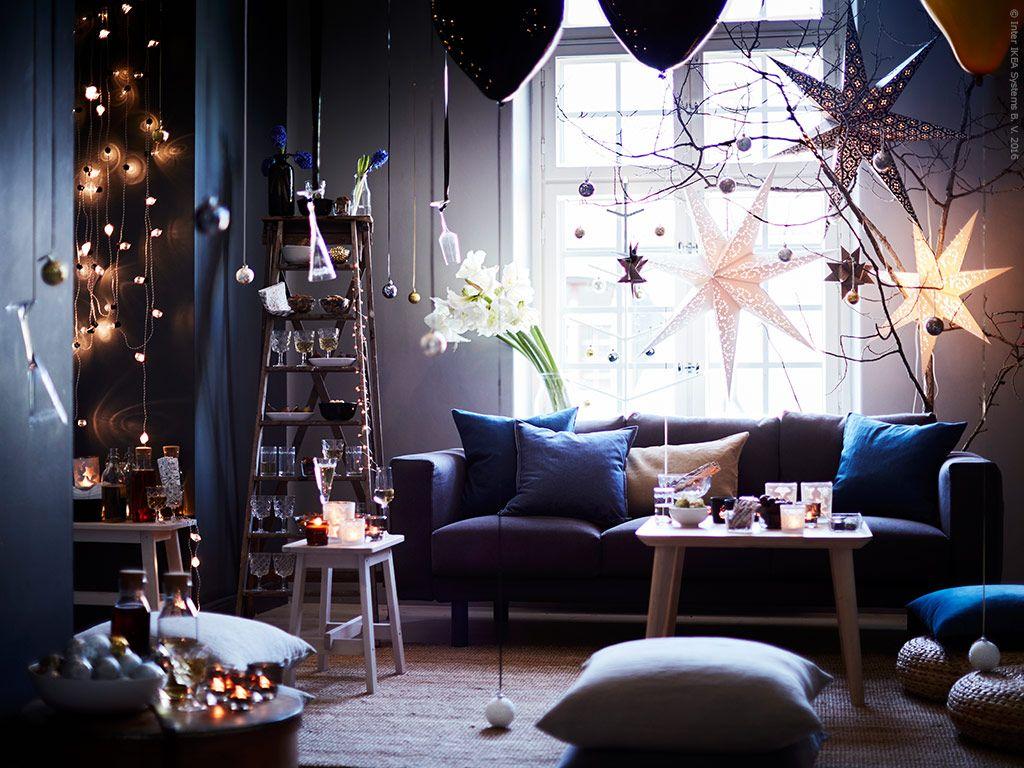 VINTER 2016 bjuder på ljus och värme och många möjligheter till personlig dekoration. NORSBORG 3-sits soffa i Edum mörkblå klädsel, LISABO soffbord i askfanér, NORRÅKER pall, NORRÅKER bänk.