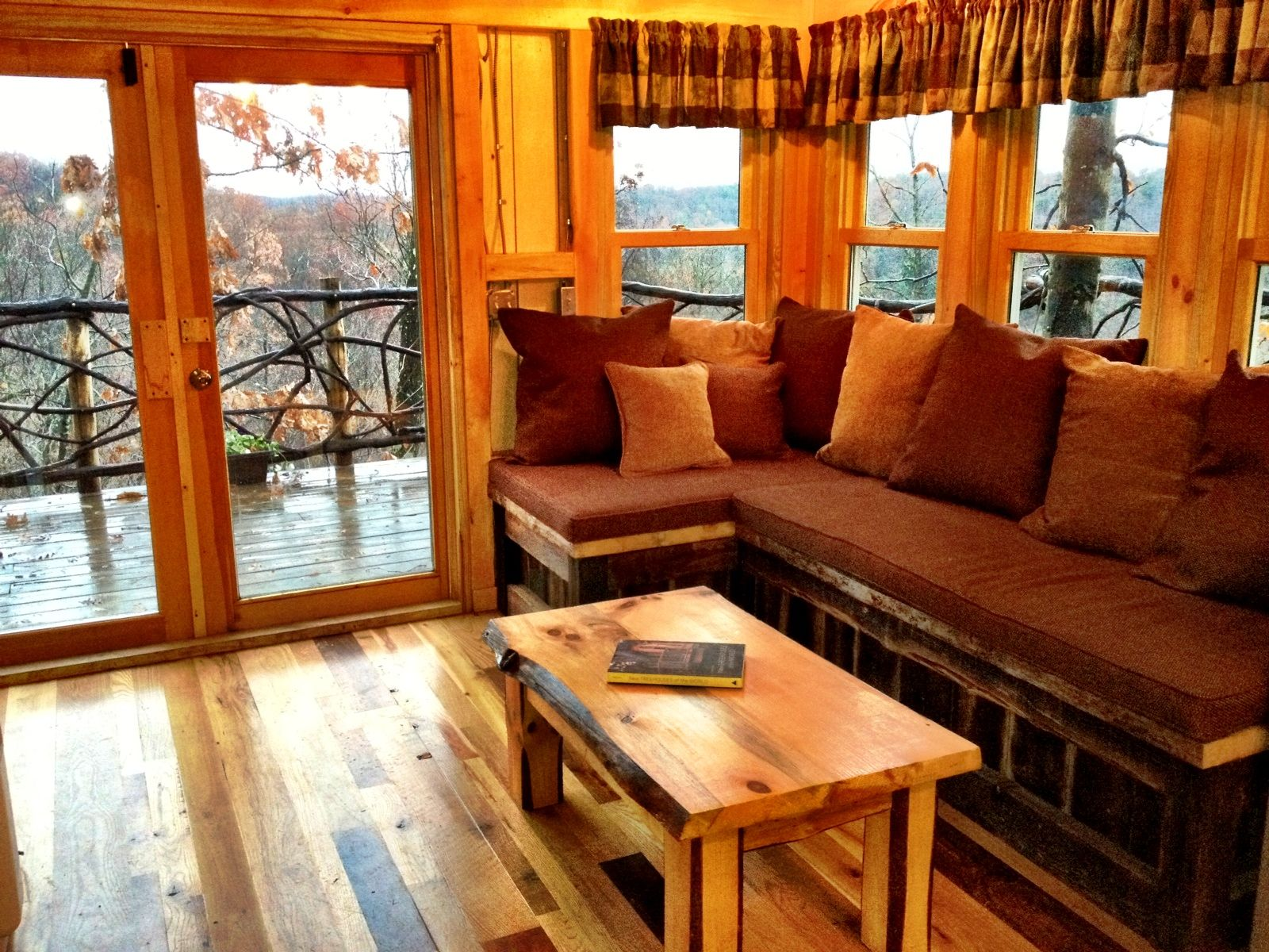 Treehouse Living Room With A Beautiful View Of The Mohican Valley
