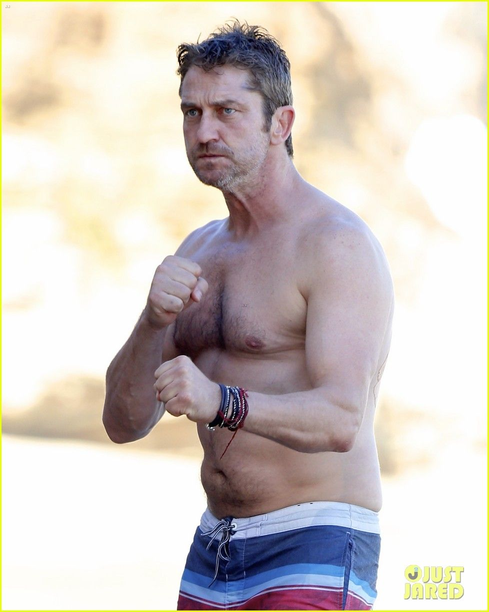 gerard-butler-shirtless-pda-morgan-brown-03.jpg (978×1222)