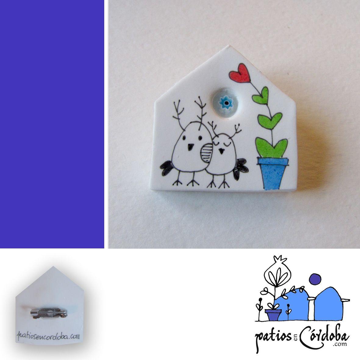 Broche en porcelana pintado a mano y barnizado con incrustación de murrina. Dimensión aproximada 4 x 4 cm. Disponible en la tienda online.