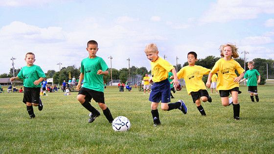 Should Kids Be Allowed To Play Soccer >> Kids Playing Football Banco De Imagenes Soccer Drills