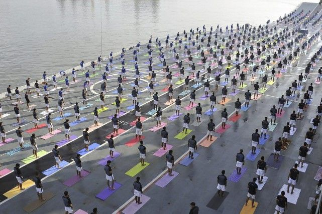 Des millions d'adeptes du yoga pratiquent à l'unisson | Le Premier ministre indien Narendra Modi a donné l'exemple mardi pour quelques postures et exercices de respiration dans le nord de l'Inde, à l'occasion de la deuxième journée internationale du yoga qui réunissait des millions d'adeptes dans le monde. | La Presse