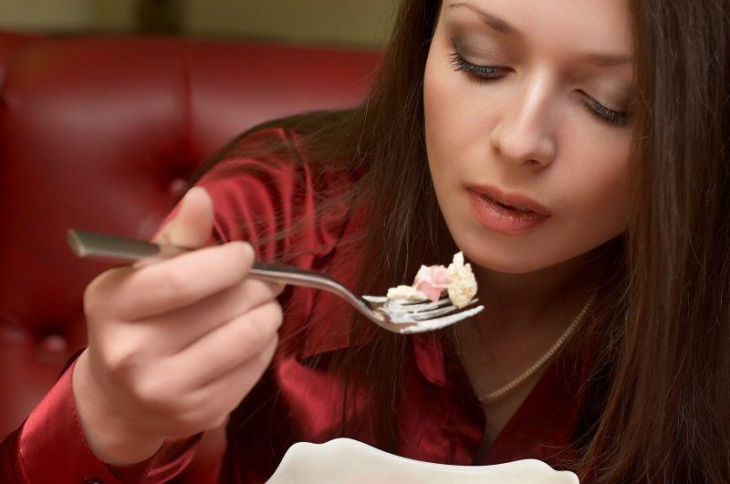 Coma devagar. Uma mastigação demorada garante a sensação de saciedade e evita exageros durante a refeição.