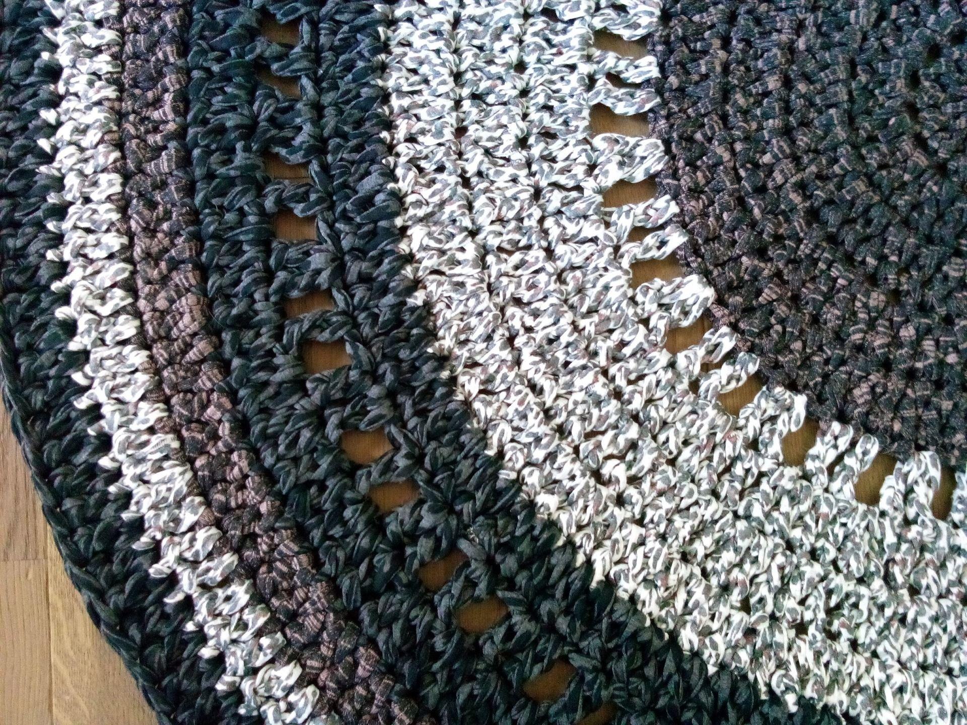 Tapis au crochet, mélange de couleurs Gris, Ecru, Marron,Noir, fait ...