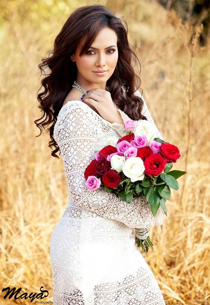 Sana Khan Wedding dresses, Wedding dresses lace, Sheath