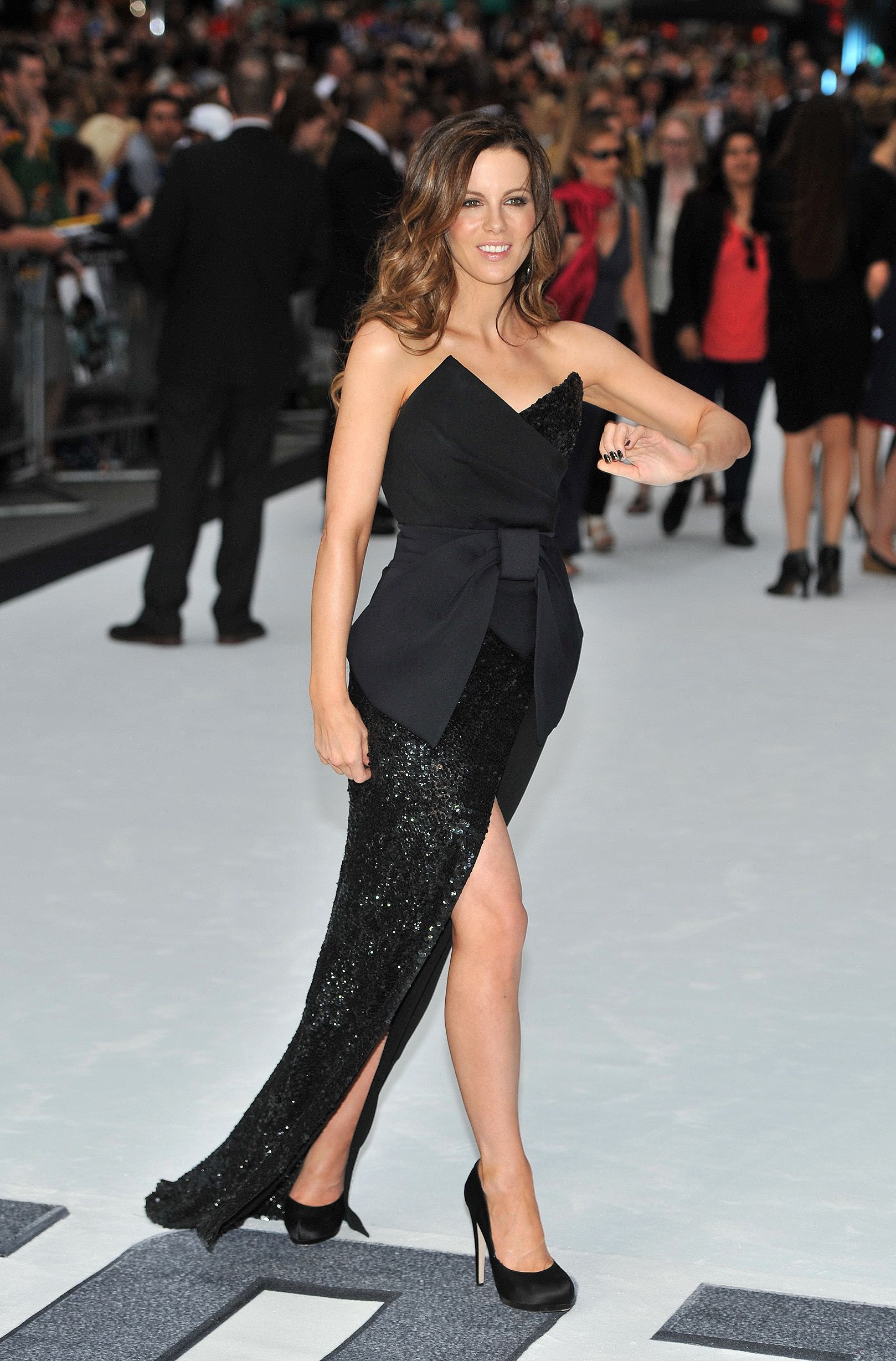 Watch Jessica Biel and Kate Beckinsale dazzle in couture at Total Recall premiere in LA video