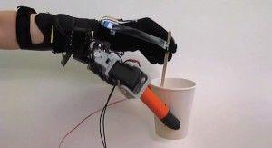 Un robot del MIT añade dos dedos extra a la mano humana