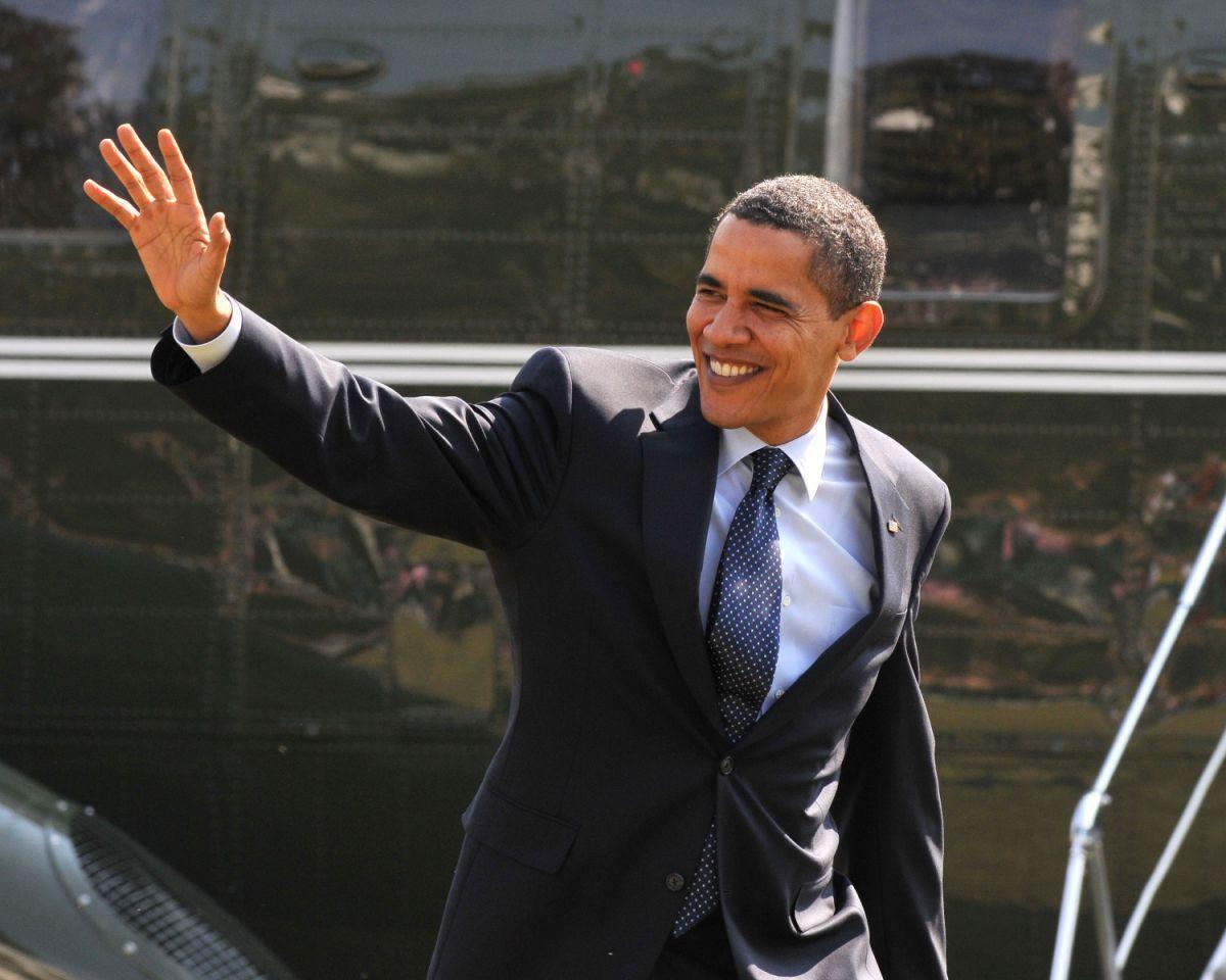 """""""Yes We Can"""" : ce slogan est resté dans les mémoires et incarne l'espoir suscité par le premier président afro-américain de l'Histoire. Huit ans de présidence marqués par le retrait progressif des troupes engagées en Irak, un plan de relance de l'économie, une vaste réforme de la couverture santé aussi appelée Obamacare, la mort d'Oussama Ben Laden, la reconnaissance du mariage entre personnes du même sexe et le rétablissement des relations diplomatiques avec Cuba."""