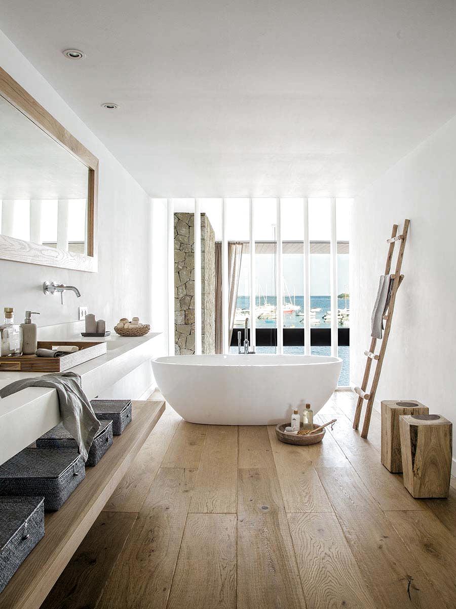 Ein Helles Und Luftiges Haus Mit Blick Auf Die Mallorquinische Kuste Costarei Sardinien Castededdu Finca In 2020 Badezimmer Holzboden Haus Umbau Innenarchitektur