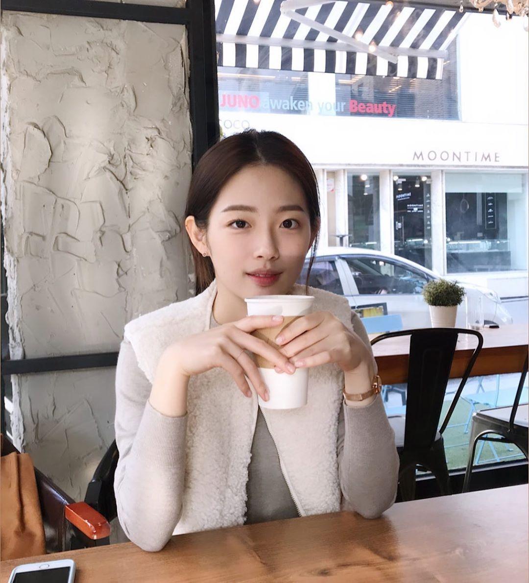 Instagram post by 이은재 • Nov 27, 2019 at 8:20am UTC -   12 hairstyles Korean posts ideas