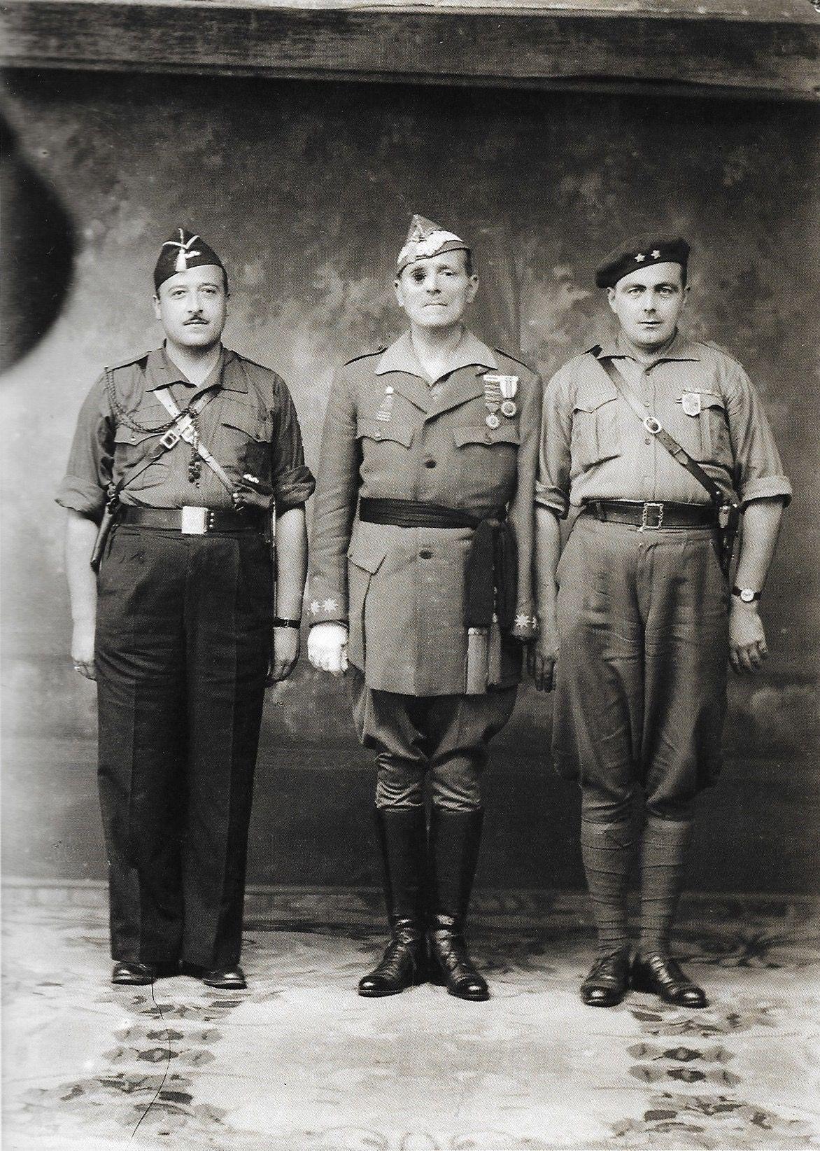 Millán Astray con dos mandos falangistas. Burgos, 1938. | Guerra ...
