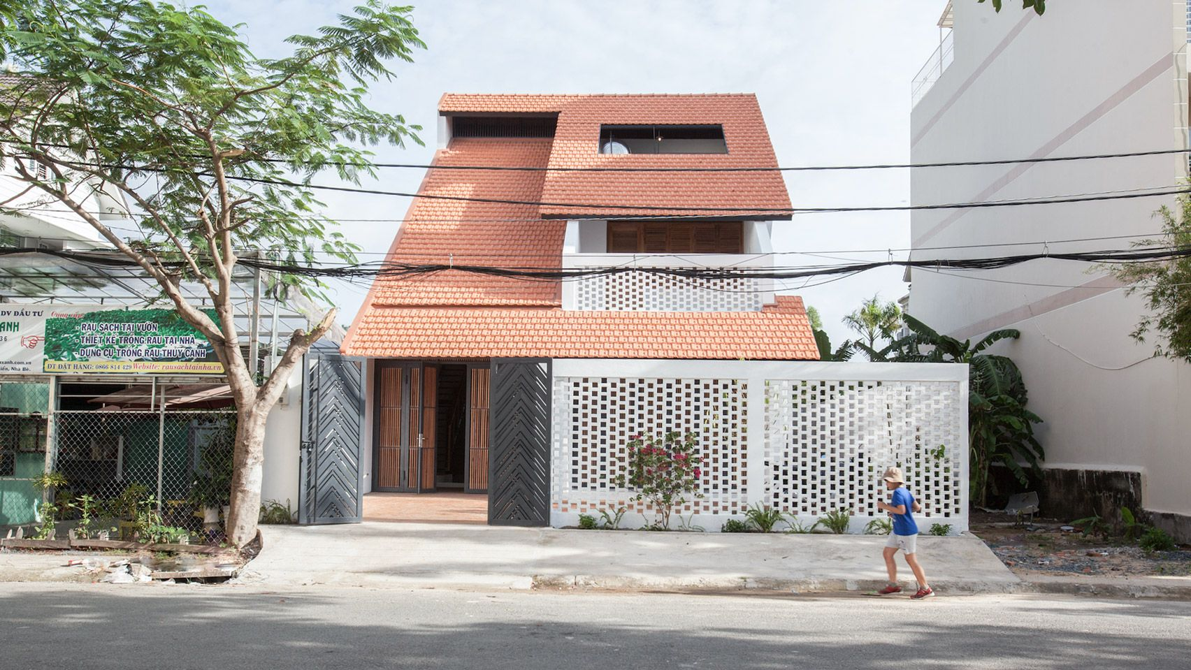 A Giant Terracotta Tile Roof Distinguishes This Home In The Suburbs Of Ho Chi Minh City Which K59 Atelier Has Mode In 2020 House Roof Architecture Architecture House