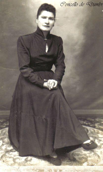 Retrato dunha muller sentada con abrigo negro largo. Cedida por Ezaro.com