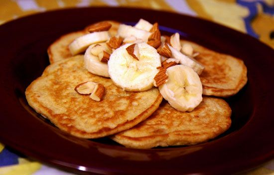 HEALTHY BREAKFAST: BANANA ALMOND OATMEAL PANCAKES - 337 calories for 3 pancakes