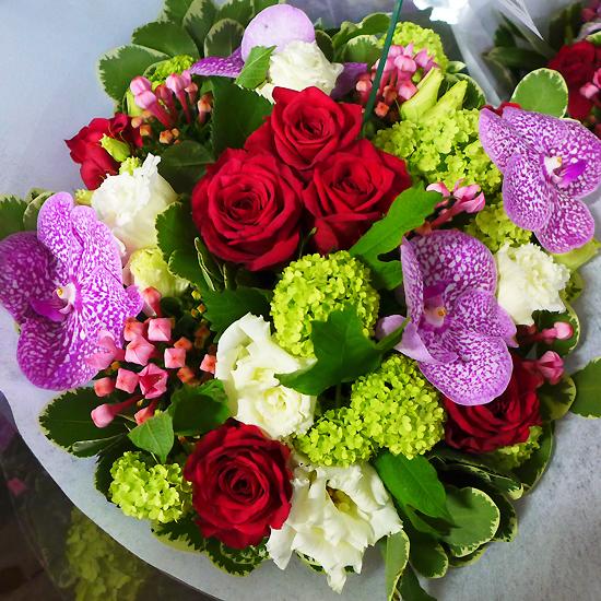 Superbe bouquet d'exception disponible sur Aquarelle.com. Roses rouges, orchidées Vanda, lisianthus, viburnum