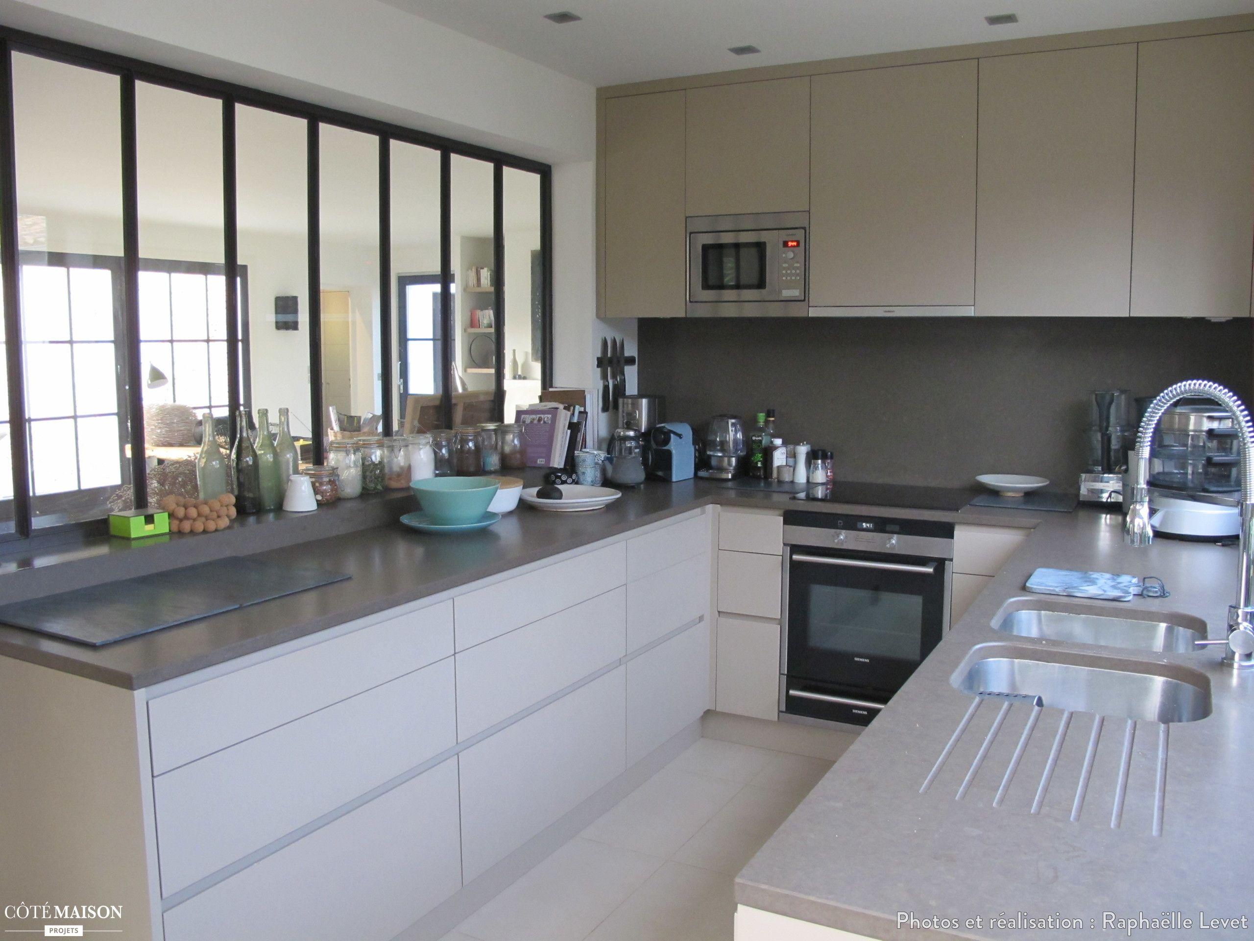 Une cuisine moderne agenc e en u avec verri re d 39 int rieur for Verriere fenetre cuisine