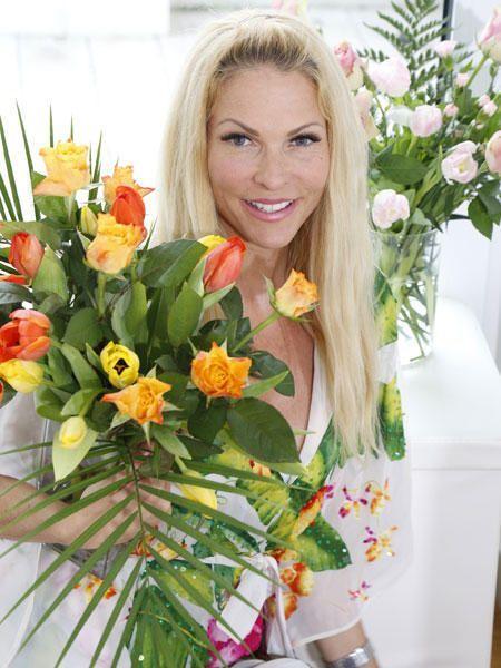 """Blumen binden leicht gemacht: Wie man aus öden Supermarktblumen einen tollen Frühlingsstrauß gestalten kann, verrät Sonya Kraus bei """"Sonya's Secrets""""."""