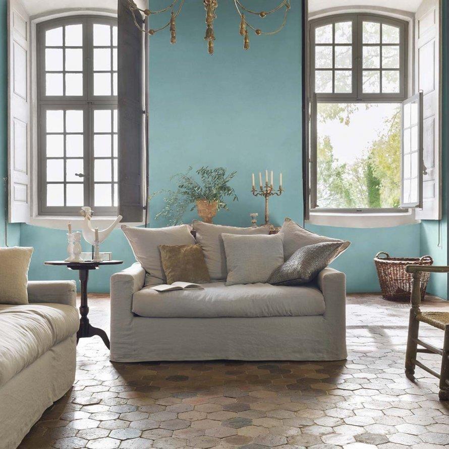 murs bleu pastel et tomettes au sol pour un salon romantique dans collection romantic idee decoration de salons classiques sur domozoom