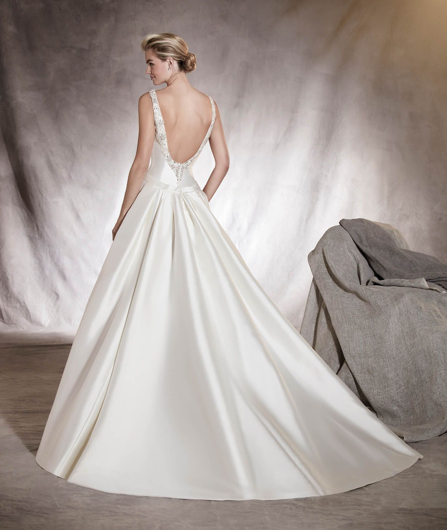 Aras Wedding Dress With A V Neckline And Gemstone Details On The Edge