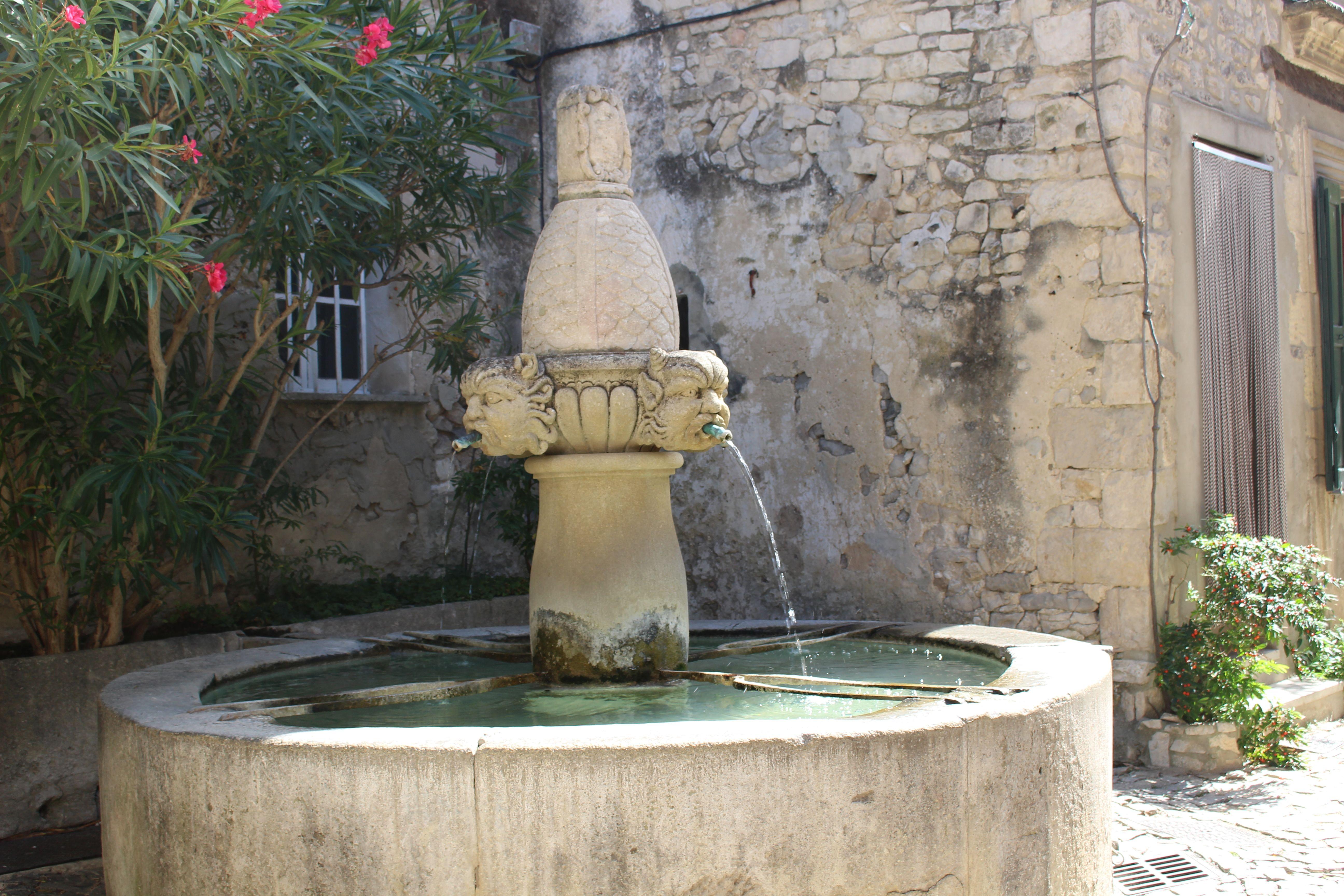 Seguret. Fontaine des Mascarons. 17e siecle. Monument historique. France