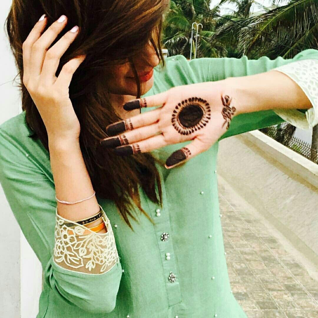 Pin mehndi and bangles display pics awesome dp wallpaper on pinterest - Mehwish Hayat Is Surely Flaunting Her Mehndi But You Can T Take Your Eyes Off From That Soft Mint Coloured Top On The Top Desi